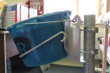 Držák lizů FI'XO SMALL pro lizy 20 kg v kbelíku pro ovce, kozy, telata na sloupek, hrazení