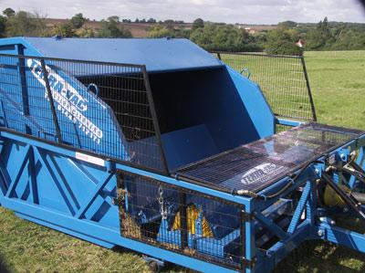 TerraVac Sweeper 70 – 7m3 kartáčový zametač na čištění padoků, pastvin, výběhů a parků