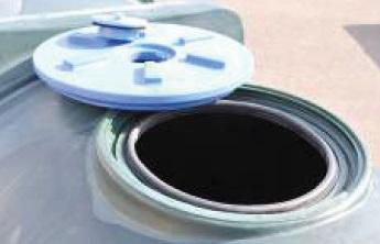 Modré rotačně tvářené víko pro cisterny La GÉE průměr 600 mm s odvzdušňovacím ventilem
